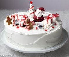 royal icing tips and marzipan Mary Berry Christmas Cake, Christmas Themed Cake, Christmas Dishes, Christmas Treats, Christmas Baking, Christmas Fruitcake, Disney Christmas, Christmas Cakes Images, Christmas Cake Decorations