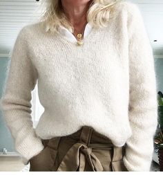 A) 25 Beginner Knitting Projects Knitting can be intimidating if you've never done it before, but th Knit Picks, Beige Sweater, Office Outfits, Camilla, Knitwear, Fall Winter, Turtle Neck, Bling, Pullover