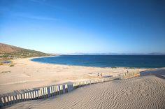 Playa de Valdevaqueros, Cádiz, Andalucía Aunque cuando sopla el viento de Levante es perfecta sólo para los amantes del windsurf y del kitesurf, la Playa de Valdevaqueros en Tarifa es imprescindible. Con una longitud de más de 4 kilómetros es una playa casi virgen alejada de los núcleos urbanos. Tiene una gran duna de arena dorada y las vistas de la costa de África son excelentes.