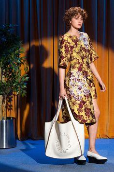 Sfilata Stella McCartney New York - Pre-collezioni Primavera Estate 2018 - Vogue Catwalk Fashion, Fashion Now, Vogue Fashion, Fashion Books, Fashion 2018, Fashion Week, Girl Fashion, Catwalk Collection, Fashion Show Collection