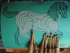 Idria-Pferd in Arbeit. Entwurf von Irma Pervanja, Slowenien. Garn: Coats Cucirini made in Italy. Tubetti da gramm 25. Filato per tombolo di Cantu.