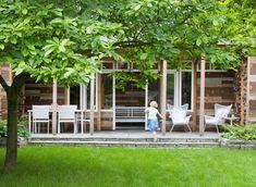 Tuinhuis op verhoging en onder veranda enkele elementen wit schilderen