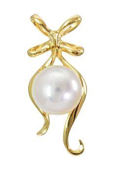 Zawieszka o uroczej formie podwójnie zawiązanej kokardy z perłą (oczywiście musi to być Akoya). #perły #pearls #zawieszka #wisiorek #pendant #perła #pearl #biżuteria #jewellery #akoya #złoto #gold #sztyfty #kokarda #cute #sweet
