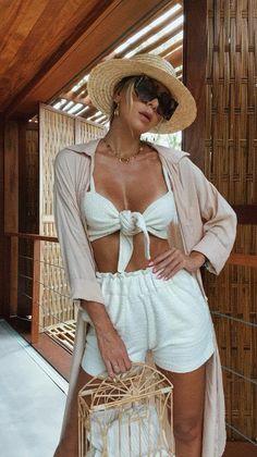 Look de verão com shorts, cropped, chemise e chapéu todo em cores neutras ... Model Poses Photography, Summer Vacation Outfits, Summer Outfits Women, Travel Wear, Estilo Boho, Beach Look, Festival Outfits, Tulum, Boho Fashion