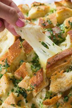 Receita fácil e super gostosa! A Dani Noce ensina a fazer esse irresistível pão de alho com queijo derretido.