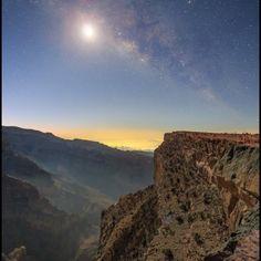 provocative-planet-pics-please.tumblr.com Der abnehmende Mond die Morgendämmerung und die Stadtlichter von Al Hamra am Horizont können auf dieser Himmelslandschaft vom Planeten Erde die zentrale Milchstraße nicht verbergen. Die traumhafte Szenerie die mit einer einzigen Aufnahme fotografiert wurde blickt südwärts über die die große Schlucht von Dschabal Schams (Sonnenberg) nahe dem höchsten Gipfel im Oman auf der arabischen Halbinsel. Noch spielen Dunst Mondlicht und Schatten an den steilen…