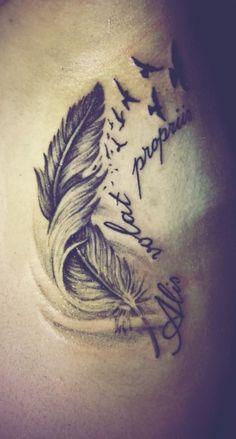 Frase con tatuaggio di piuma Alis Volat Propriis