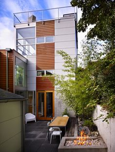 Striking three-story modern dwelling in Seattle with a rooftop deck Modern House Design-David Coleman Kindesign Modern House Plans, Modern House Design, Home Design, House Deck, House Roof, Cottage Style, Farmhouse Style, Outdoor Bathrooms, Rooftop Deck
