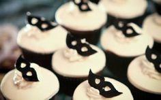 Se você quer fazer uma festa de 15 anos diferente, fugindo do modelo tradicional, uma opção legal é organizar um baile de máscaras. A ideia permite que você se divirta com seus amigos em uma festa … Birthday Bash, Birthday Parties, Quinceanera Themes, Mardi Gras Party, Sweet 15, Masquerade Party, Candy Table, Candy Party, Mini Cupcakes