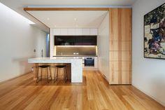 Itt megint csak a fa padló tetszik különösen, illetve az, hogy mintha egy nyitott dobozban lenne a konyha. Nem biztos, hogy a saját házunkba ilyet akarnék, de a modern minimál is bejön, ami erről a design-ról árad.