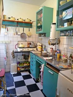 27 Simple Small Kitchen Ideas to Maximize Space [Trick & Tips] - Pandriva Cosy Kitchen, 1950s Kitchen, New Kitchen, Vintage Kitchen, Rustic Country Kitchens, Farmhouse Kitchen Decor, Home Kitchens, Kitchen Cabinets, Decoration