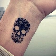 MINI TATUAJES - Tattoos Pequeños, Originales y Discretos Leg Tattoos Small, Tiny Heart Tattoos, Ankle Tattoos For Women, Upper Arm Tattoos, Shoulder Tattoos For Women, Mini Tattoos, Black Girls With Tattoos, Back Tattoos For Guys, Mom Tattoo Designs