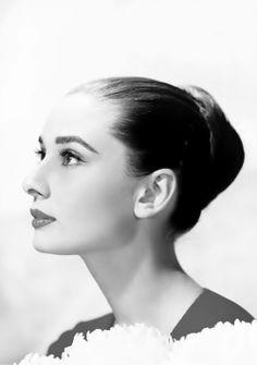 Audrey Hepburn, 1959. Katharine Hepburn, Audrey Hepburn Hair, Audrey Hepburn Photos, Joan Crawford, Dita Von Teese, Elizabeth Taylor, Classic Hollywood, Old Hollywood, Viejo Hollywood