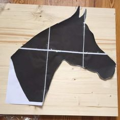 Meine kleine Tochter wünschte sich ein Holzpferd, und da die Lieferdienste es bis Weihnachten nicht mehr geschafft hätten, musste ich selber ran. Entgegen meiner Erwartung, war's gar nicht schwer … Die Vorlage für den Pferdekopf findet ihr hier: Holzpferd PDF … weiterlesen