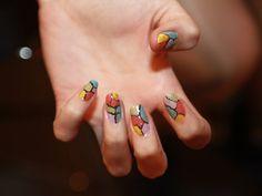 Unhas decoradas: aprenda a fazer um mosaico com esmaltes coloridos - Dicas - Beleza GNT