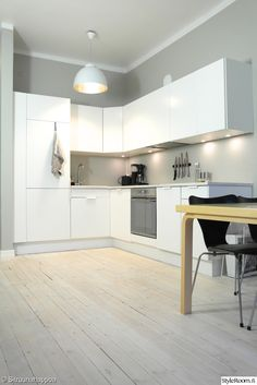 keittiö,valaisin,välitila,lautalattia,keittiönkaapit,veitsiteline