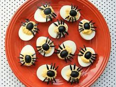 Spider Eggs (aka: dressed up deviled eggs) Halloween party decorations Halloween Treats For Kids, Halloween Appetizers, Holiday Treats, Holiday Recipes, Halloween Party, Halloween Games, Halloween Ideas, Halloween Fruit, Halloween Spider