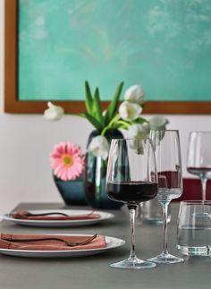 Je favoriete wijn drink je natuurlijk alleen in een mooi wijnglas. ontdek het chique design van de Bormiloi Wijnglazen op Cookinglife! Table Settings, Table Decorations, Glass, Furniture, Home Decor, Shabby Chic, Environment, Decoration Home, Drinkware