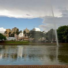 O Bosque dos Buritis talvez seja o parque mais famoso de Goiâniaeé também o mais antigo patrimônio paisagístico da cidade. Foi aqui que encontramoso maior jato dágua da América do SulGoiânia - Goiás - Brasil  City Tour com @araraunaturismoreceptivo  #buritis - ---- - ---- - #goiania #goiânia #goianiawalk #goianiacity #AraraunaReceptivo #ReceptivoEmGoiás #Travel #BoraViajar #Fun #FicaDica #citytourgoiania #conhecagoiania #blogueirorbbv #azulmagazine #MTur #ViajePeloBrasil #DicasdeDestino…