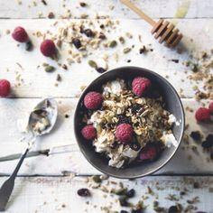 Fuel for the morning: Toasted muesli with honey and berries. Vegan Gluten Free, Vegan Vegetarian, Eureka Lemon, Lemon Olive Oil, Olive Oil And Vinegar, Food Articles, Muesli, Breakfast Recipes, Toast