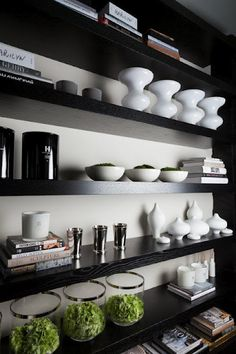 6 Most Simple Tricks: Floating Shelves Decoration White Subway Tiles floating shelves decoration mirror.Floating Shelves Kitchen Measurements floating shelf decor behind couch. Black Floating Shelves, Reclaimed Wood Floating Shelves, Floating Shelves Bedroom, Floating Shelves Kitchen, Black Shelves, Kitchen Shelves, Kelly Hoppen Interiors, Bookcase Styling, Creation Deco