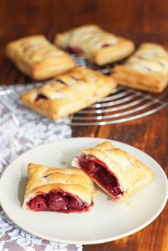 Kirschtaschen – schnell und einfach The Effective Pictures We Offer You About italian Pastry Recipes A quality . Baking Recipes, Snack Recipes, Dessert Recipes, Snacks, Brunch Recipes, Puff Pastry Recipes, Vegan Baking, No Bake Desserts, No Bake Cake