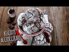 La ricetta facile e veloce per fare in 5 minuti i biscotti al cioccolato dal cuore morbido. Golosi, si mantengono a lungo, scopri la ricetta con video. Italian Cookie Recipes, Sicilian Recipes, Italian Cookies, Sicilian Food, Ginger Bread Cookies Recipe, Almond Cookies, Chocolate Crinkles, Chocolate Cookies, Italian Christmas Dinner