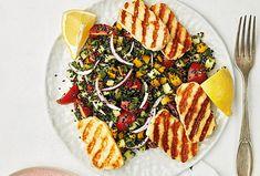 Zdraví na talíři. To je ve třech slovech přesně to, co získáte, když si připravíte tento chutný salát se sýrem. Nadopuje vás vitaminy a bílkovinami a nezaostává ani v chuti. Co víc si přát? Halloumi, Pesto, Quinoa