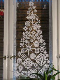 Karácsonyfa papírcsipkébőlIlyenkor, karácsony táján, mindig előkerül a kérdés, hogy vegyünk-e karácsonyfát vagy sem. Mindkét oldalnak vannak környezetvédelmi, gyakorlati és érzelmi érvei is. Christmas Decorations, Holiday Decor, Minion, Ladder Decor, Advent Calendar, Home Decor, Decoration Home, Room Decor, Advent Calenders