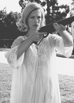 Betty Draper & the gun Mad Men Mad woman January Jones - Bad Girls Betty Draper, Don Draper, Mad Women, January Jones, Dangerous Woman, White Photography, Lady, Hollywood, Actresses