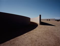 The Tom Ford Ranch. In the arid lands of Santa Fe, in New Mexico, is this almost acre ranch designed by Tadao Ando for Tom Ford. Tadao Ando, Tom Ford, Vogue Paris, New Mexico, Santa Fe Ranch, Rustic Color Palettes, Le Ranch, Gq Australia, Le Corbusier