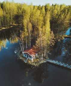 🌼I am a single man looking for that world to see through the eyes of the lover.🌙 Ben o dünyayı. Lake Cabins, Cabins And Cottages, Beach Cottages, Scandinavian Cabin, Lakeside Living, Lakeside Cabin, Nature Landscape, Dream Mansion, Natural Pond