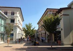 """Fidenza Village: o outlet entre Bolonha e Milão"" by @contandoashoras Toscana, Outlet, Shops, Street View, Mansions, House Styles, Decor, Fashion, Bologna"
