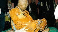 """A comunidade budista de Ulan-Ude, na República da Buriácia, na Rússia, divulgou imagens que poderiam indicar que o lama Dashi-Dorzho Itigilov teria se """"movido"""" dentro do seu palácio e saído do suposto estado de meditação profunda, acreditam seguidores.Os restos do lama Itigilov são mundialmente famosos por seu excepcional estado de preservação 79 anos após sua morte - um fato que desafia a ciência e leva muitos a acreditar que ele está vivo em uma espécie de estado nirvana."""