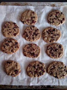 Μια νόστιμη και νηστίσιμη συνταγή που θα γλυκάνει μικρούς και μεγάλους. Υλικά: 100 γρ. ταχίνι ολικής 120 γρ. μέλι 120 γρ. βρώμη αλεσμένη 1 κουταλάκι κανέλα 5 κουταλιές σούπας αποξηραμένα φρούτα της αρεσκείας σας (cranberries, blueberries, goji berries, σταφίδες κ.λ.π….)  Εκτέλεση: Βάζουμε όλα τα υλικά σε ένα μπολ και τα ανακατεύουμε με σπάτουλα σιλικόνης … Healthy Sweets, Muffin, Food And Drink, Cookies, Breakfast, Desserts, Recipes, Pastries, Crack Crackers