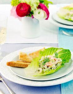Avokado-katkarapusalaatti - a Peruvian texture combination is present in this avocado shrimp salad Shrimp Avocado Salad, Christmas Snacks, Starters, Avocado Toast, Goodies, Dinner, Breakfast, Ethnic Recipes, Party Time