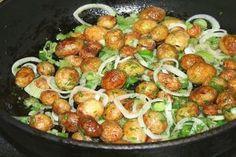 Még egytálételnek is kiváló egy kis savanyúsággal. Hungarian Recipes, Russian Recipes, Good Food, Yummy Food, How To Cook Potatoes, Fresh Vegetables, Potato Recipes, Potato Salad, Side Dishes