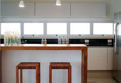 Janela sob armários da cozinha. Solução eficiente de iluminação e ventilação