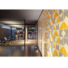 Lurca Azulejos | Painel com os nossos azulejos no projeto do Basiches Arquitetos Associados | Azulejos - Tarde e Raiz Amarelo | Tarde and Raiz Yellow - Ceramic Tiles // Shop Online www.lurca.com.br/ #azulejos #azulejosdecorados #revestimento #arquitetura #reforma #decoração #interiores #decor #casa #sala #design #cerâmica #tiles #ceramictiles #architecture #interiors #homestyle #livingroom #wall #homedecor #lurca #lurcaazulejos