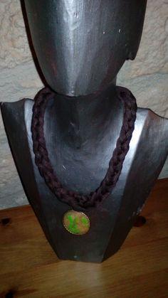 Collar de trapillo marron chocolate con colgante oro viejo y fimo traslúcido transparente y aguas en fimo verde