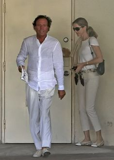 Julio Iglesias Miranda Rijnsburger Photos - Julio Iglesias and his wife Miranda visit the dentist. After the visit Julio seems to be in pain and uses an ice bag on his face. Someone needs to start flossing. - Julio Iglesias & His Wife Leaving The Dentist Tropical, Celebrity, Classic, Image, Fashion, Tasty Food Recipes, Julio Iglesias, Wedding Outfits, Party Dress