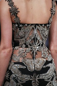 See detail photos for Alexander McQueen Fall 2016 Ready-to-Wear collection. - - See detail photos for Alexander McQueen Fall 2016 Ready-to-Wear collection. Source by firatsite Haute Couture Style, Couture Mode, Couture Details, Fashion Details, Look Fashion, Couture Fashion, Runway Fashion, High Fashion, Fashion Show