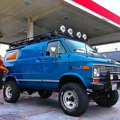 Photo from californiastreetvans. A great US camper to tour the coastline. 4x4 Trucks, Lifted Trucks, Cool Trucks, Off Road Camping, Camping Car, Lifted Van, Chevy Astro Van, Chevrolet Van, Gmc Vans