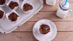 Receta paso a paso de Muffins de chocolate y avellanas, un postre o desayuno perfecto para cualquier día elaborado por la repostera Alma Obregón.