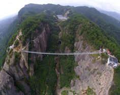Knikkende knieën op de hoogste glazen brug ter wereld - De Standaard: http://www.standaard.be/cnt/dmf20150927_01889273?utm_source=facebook