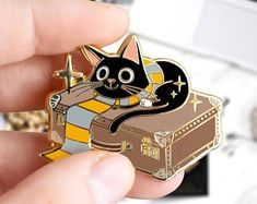 Little pin's of the Jackson Scamander, Wizard Cat Inspired of Fantastic Beasts Universe. Jackson, Wizard Cat, Magic Cat, Bag Pins, Jacket Pins, Cool Pins, Pin And Patches, Hard Enamel Pin, Metal Pins
