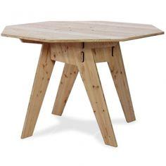 Der Tisch Achteck ist die optimale Lösung für alle, die gern in einer Runde sitzen und es doch mit Ecken und Kanten mögen. Das elegant schräge Gestell sorgt für angenehme Beinfreiheit, das hochwertige Douglasienholz ist für drinnen und draußen geeignet.