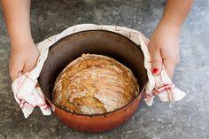 Om du inte har en stenugn hemma, men ändå vill ha bröd med sån där fantastisk skorpa, så går det faktiskt att fixa! Äger du en gjutjärns- eller emaljgryta så fungerar det utmärkt som substitut för den betydligt klumpigare och dyrare stenugnen.