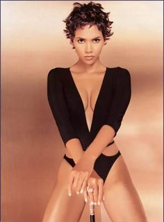 Halle Berry with Another Weird. is listed (or ranked) 1 on the list The 27 Hottest Halle Berry Photos Ever Taken Helle Berry, Salma Ayek, Pictures Of Halle Berry, Halle Berry Hairstyles, Beautiful Celebrities, Beautiful Women, Famous Celebrities, Halle Berry Hot, Halle Berry Pixie