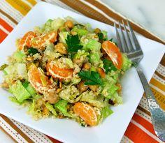 Esta ensalada de quinoa puede resultaros extraña al salirse de las habituales ensaladas a las que estamos acostumbrados, pero os la recomendamos por la sen
